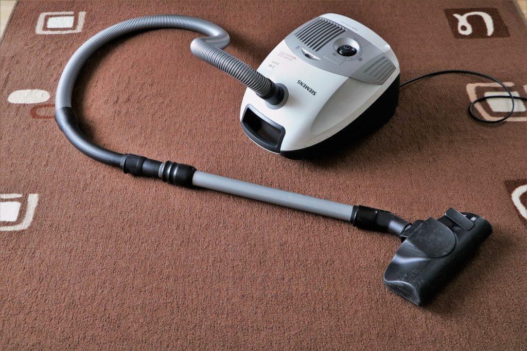 Cara Pertama Membersihkan Sofa Dengan Vacuum Cleaner